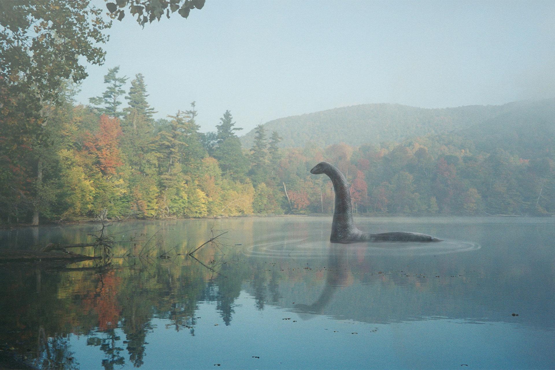 Monstre du lac au milieu du lac Hertel en automne