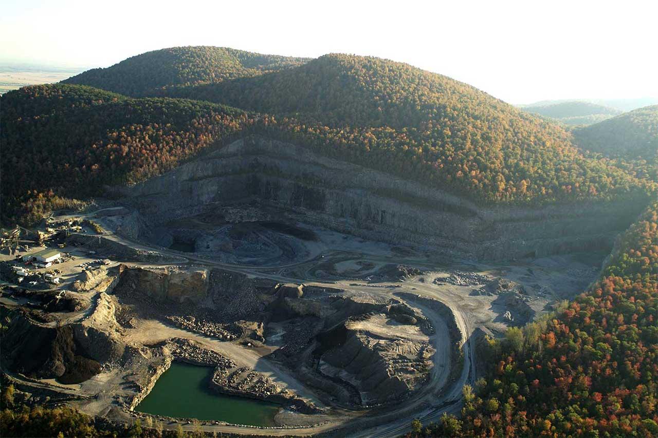 Vue aérienne sur la carrière du mont Saint-Hilaire en automne