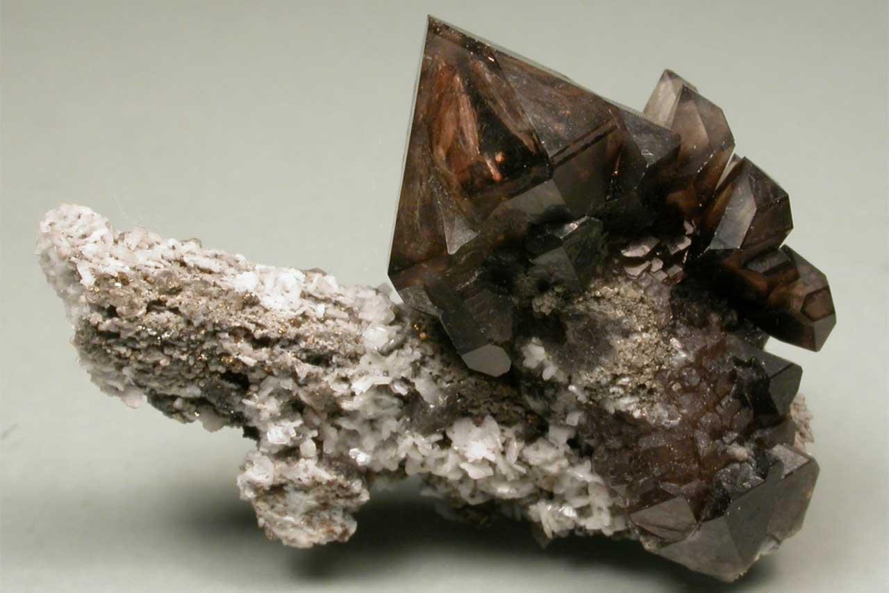 Photographie d'un quartz fumé de teinte brune