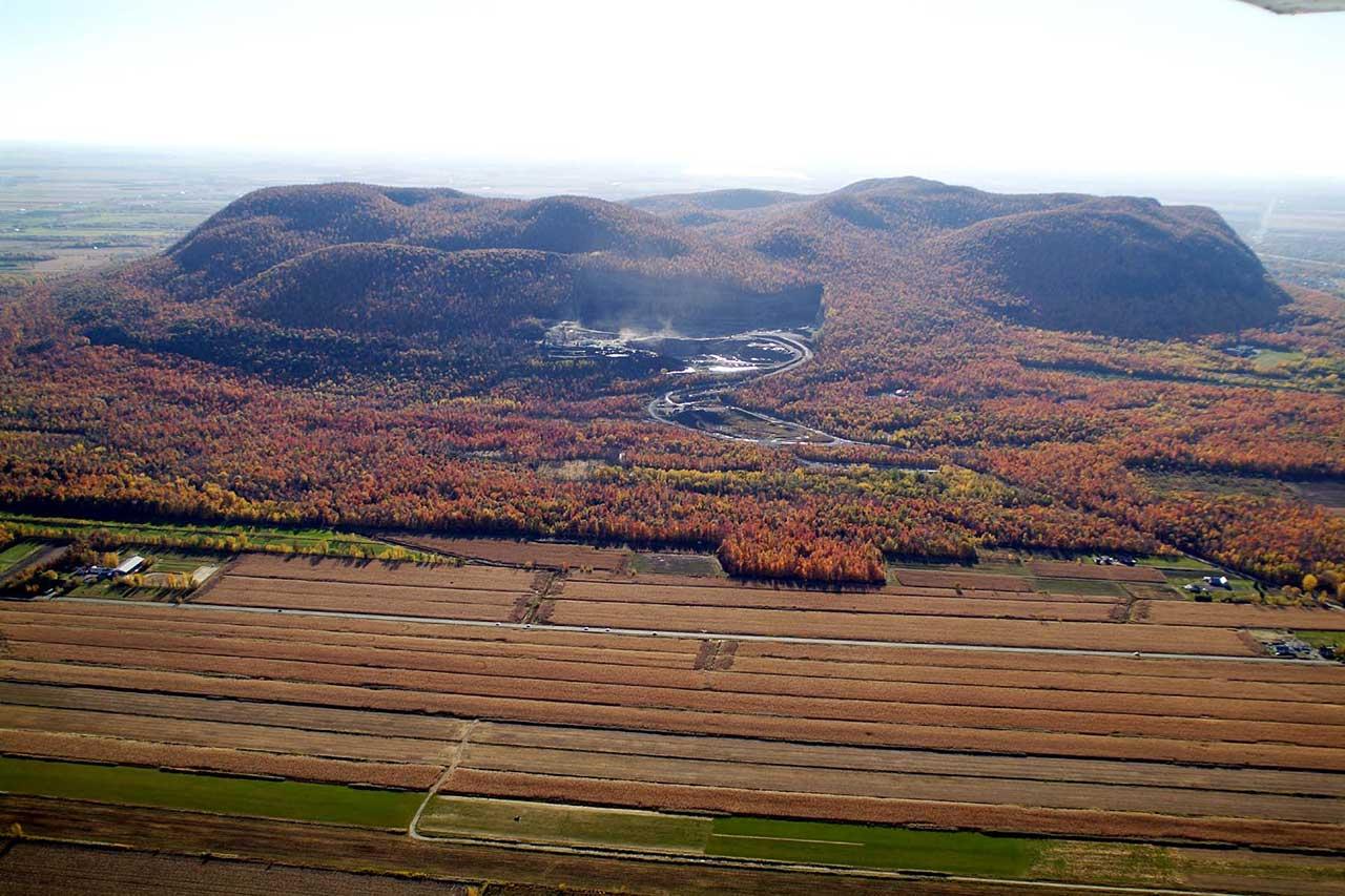 Vue aérienne du mont Saint-Hilaire du côté de la carrière ainsi que des parcelles agricoles