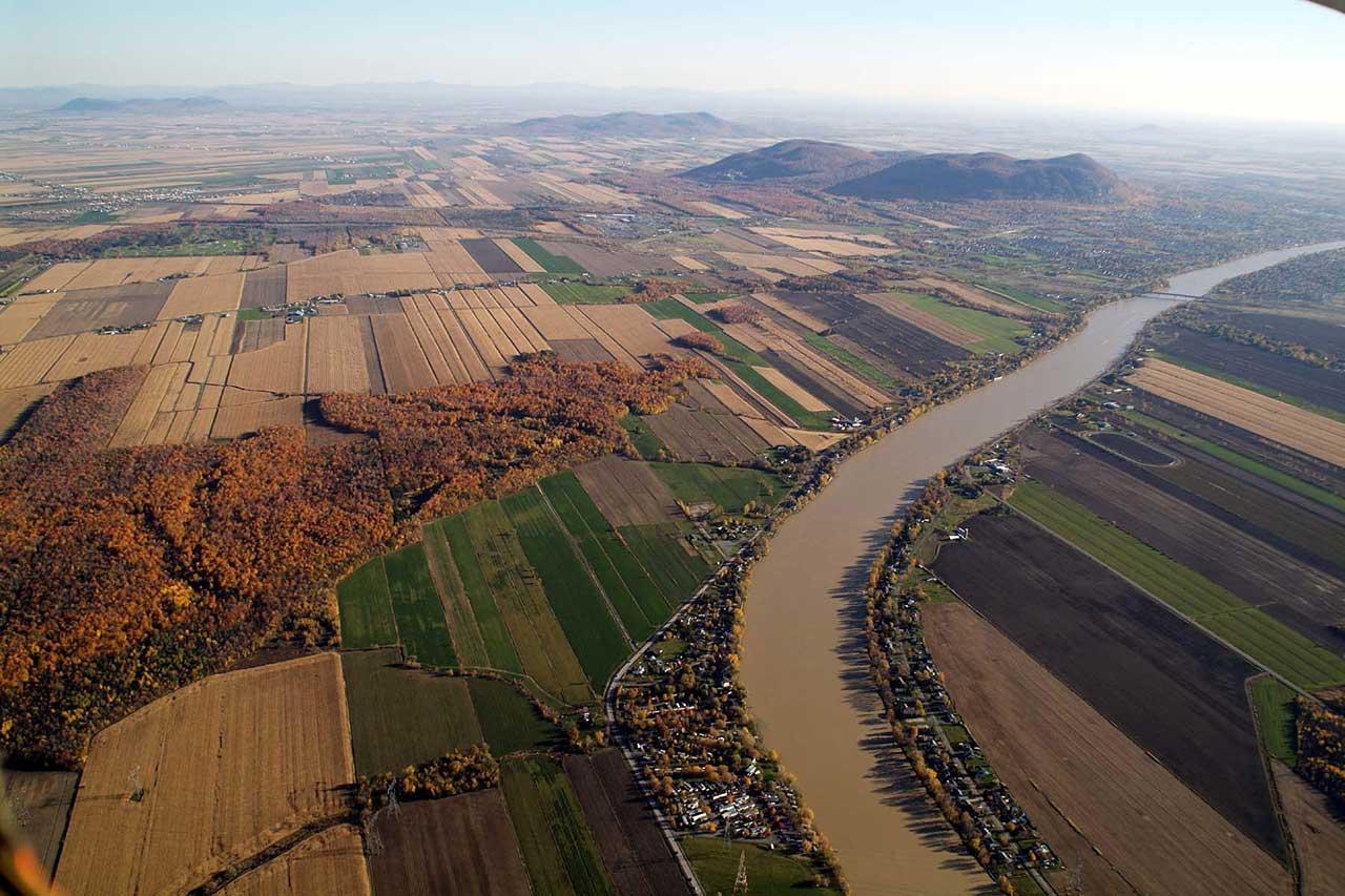 Vue aérienne sur la plaine montérégienne et la rivière Richelieu en automne, les corridors forestiers sont visibles au milieu des parcelles agricoles