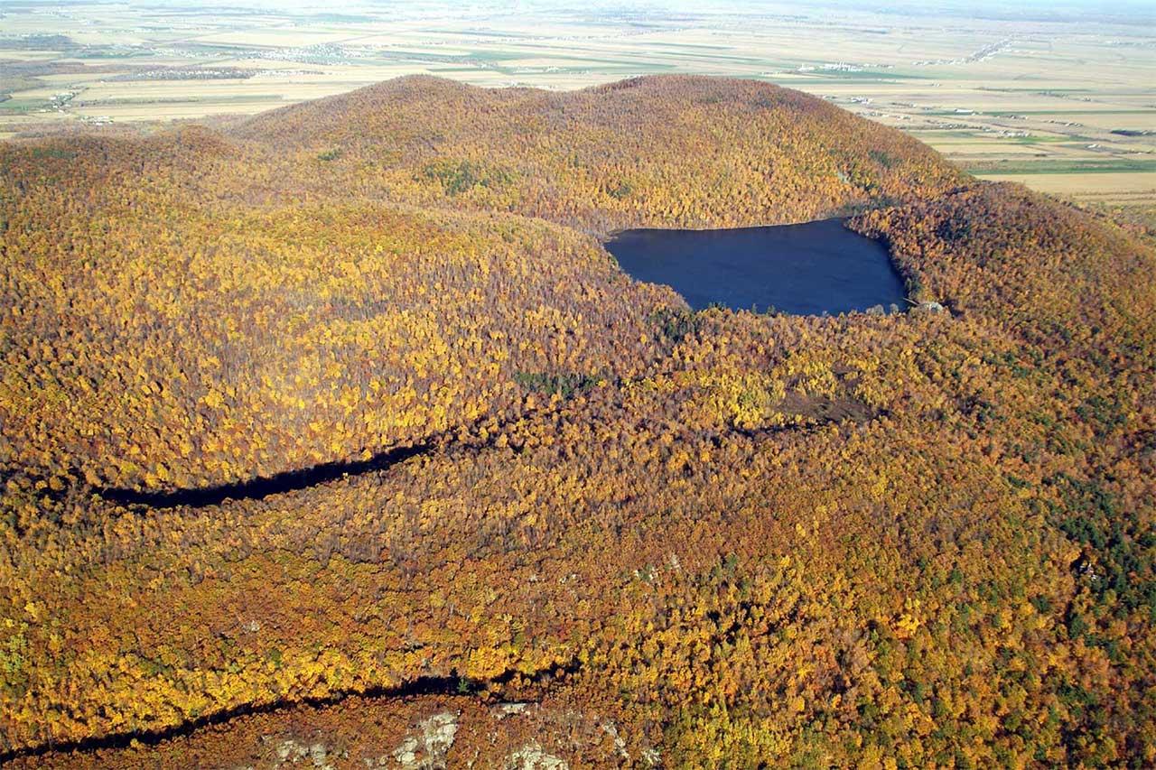 Maison Gault au bord du lac dans la brume, elle est entourée de forêt en automne