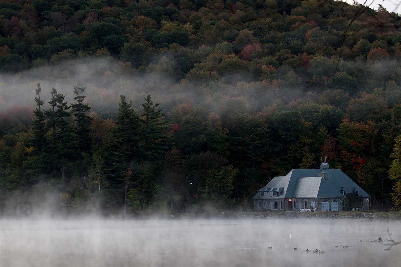 Vue aérienne du lac Hertel entourés des boisés du mont Saint-Hilaire en automne