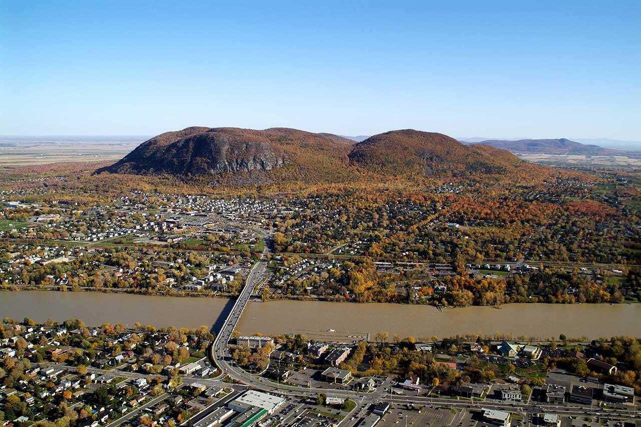 Vue aérienne de la rivière Richelieu et de la ville et du mont Saint-Hilaire depuis Beloeil