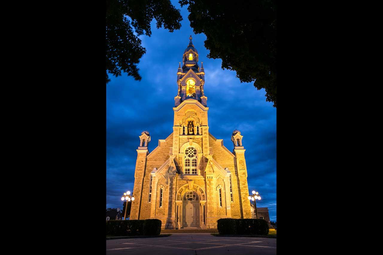 Église de Mont-Saint-Hilaire illuminée de nuit