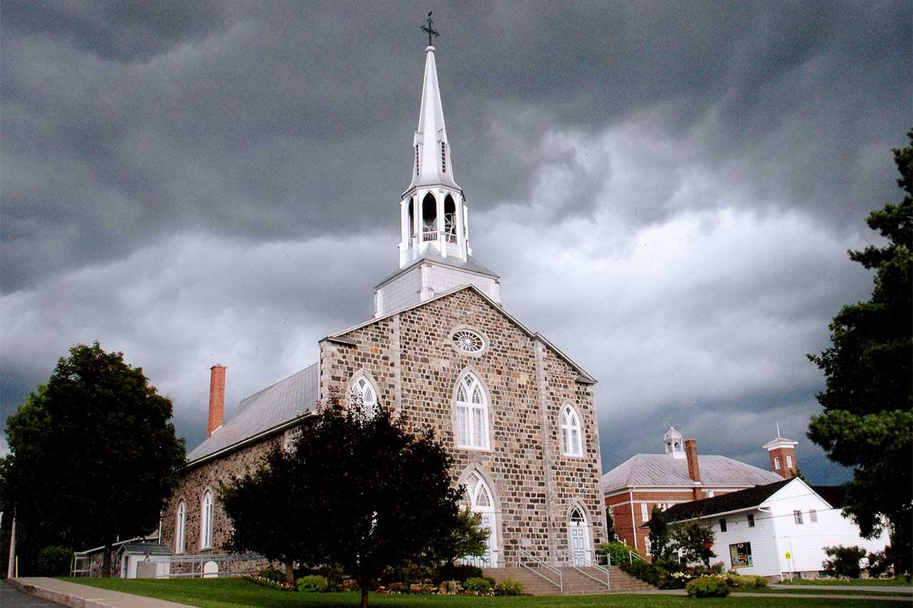 Église de Mont-Saint-Hilaire sous un ciel gris menaçant
