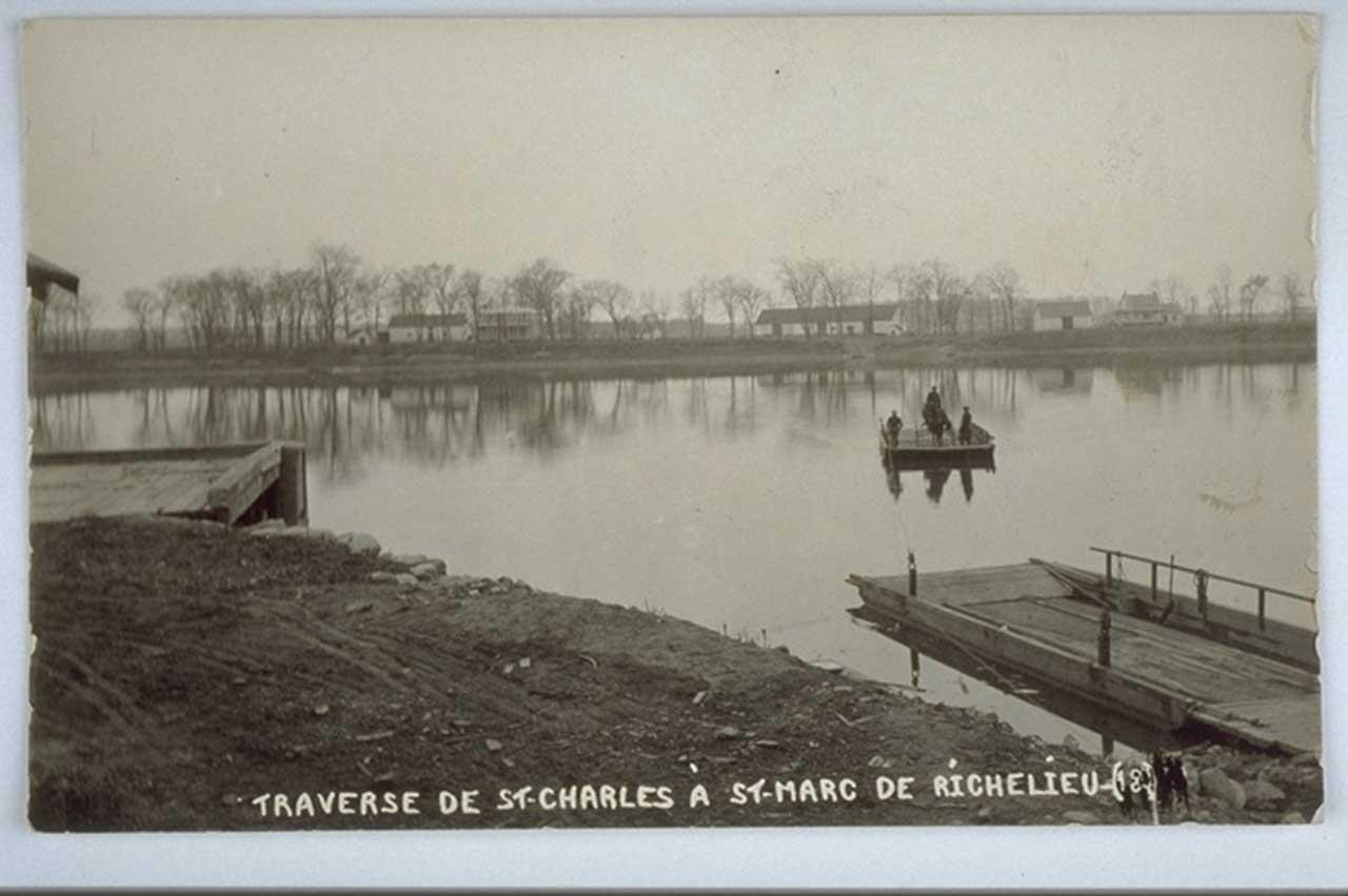 Ancienne photographie en noir et blanc représentant le traversier sur la rivière Richelieu qui lie Saint-Charles-sur-Richelieu à Saint-Marc-sur-Richelieu