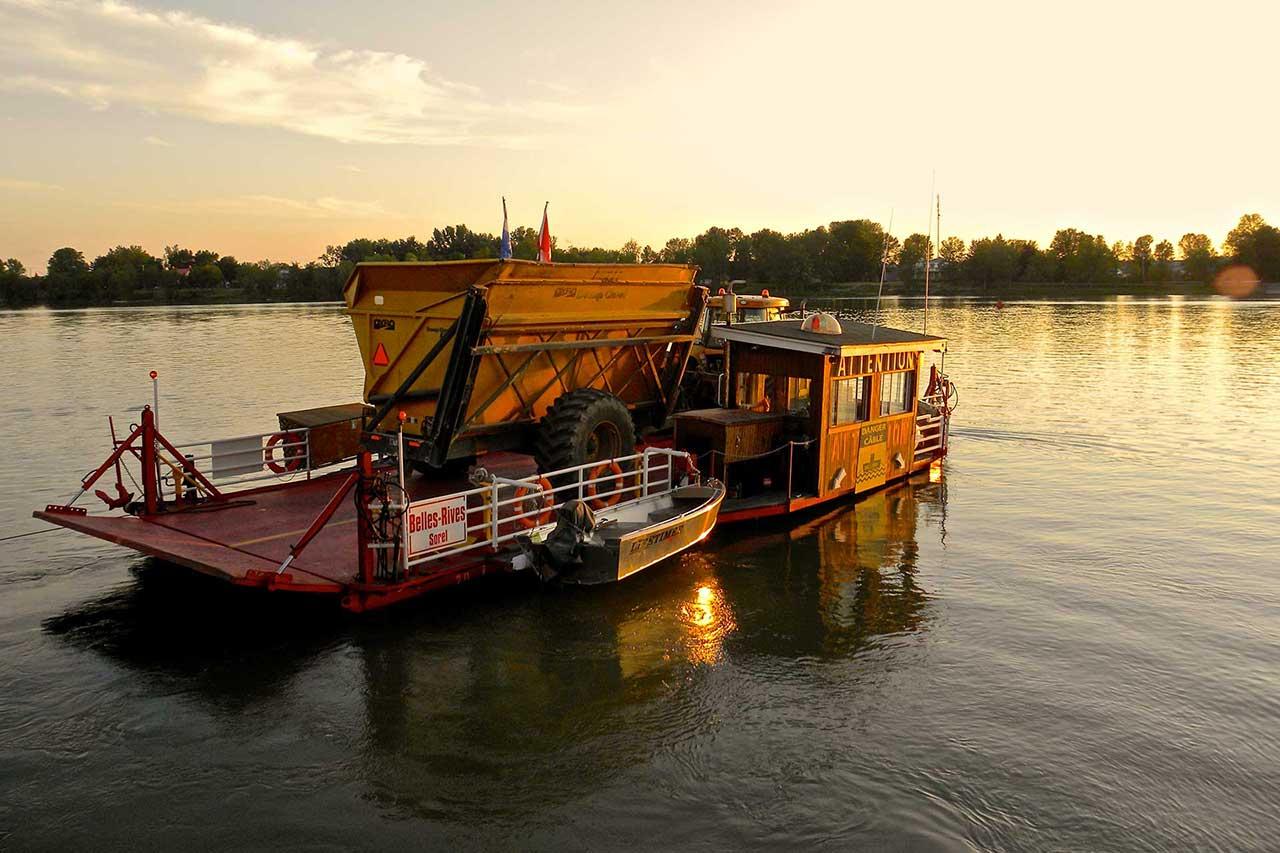 Traversier sur la rivière Richelieu au soleil couchant