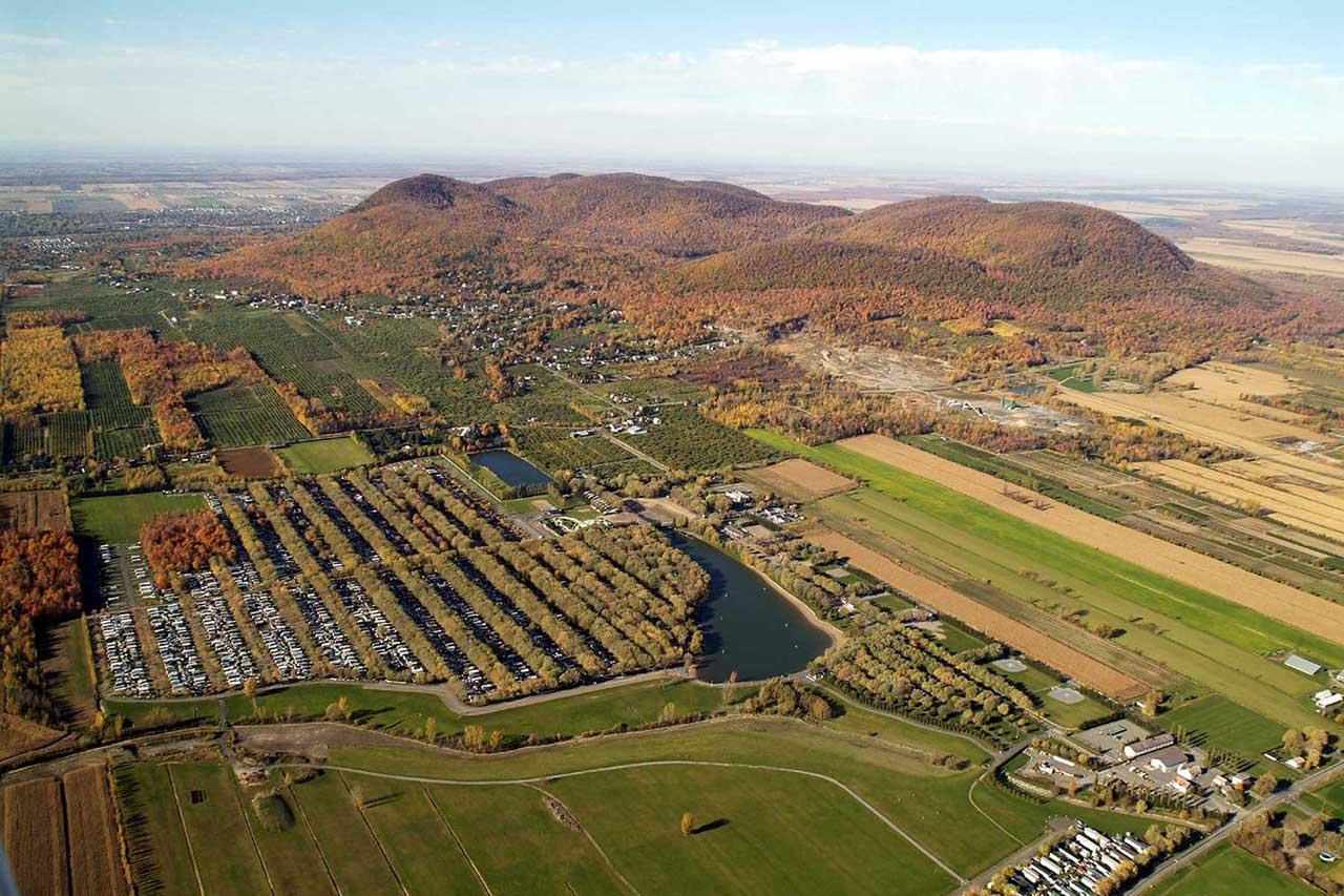 Vue aérienne de la municipalité de Saint-Jean-Baptiste au pied du mont Saint-Hilaire en automne